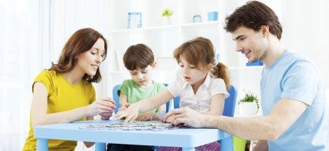 familia-juegan-mesa.jpg